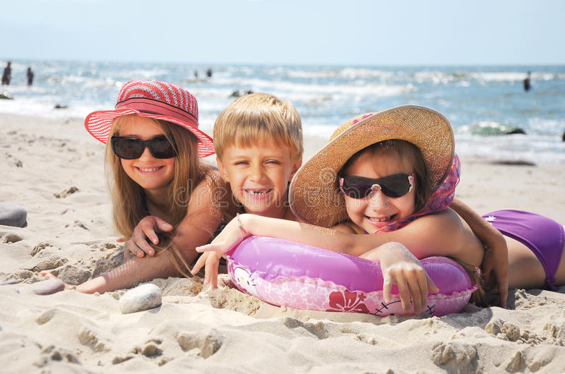 在海滩的愉快的滑稽的孩子 库存图片