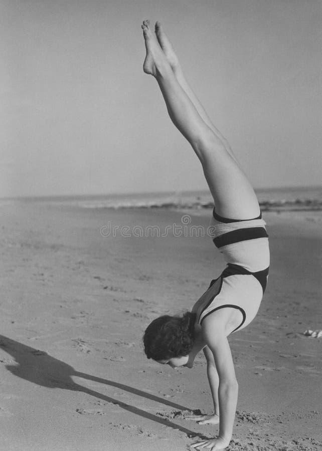 在海滩的手倒立 图库摄影