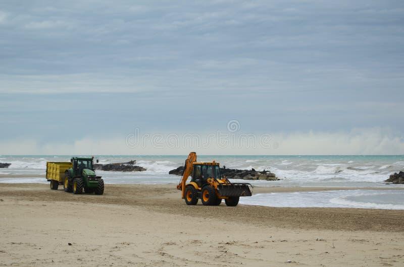 在海滩的拖拉机 免版税库存照片