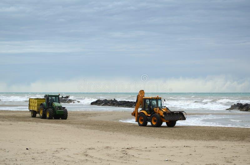 在海滩的拖拉机 免版税库存图片