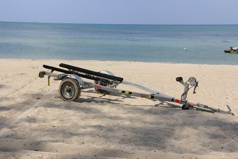 在海滩的拖曳车 库存图片