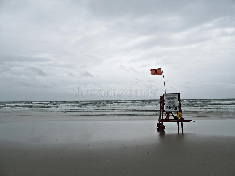 在海滩的救生员椅子 免版税库存照片