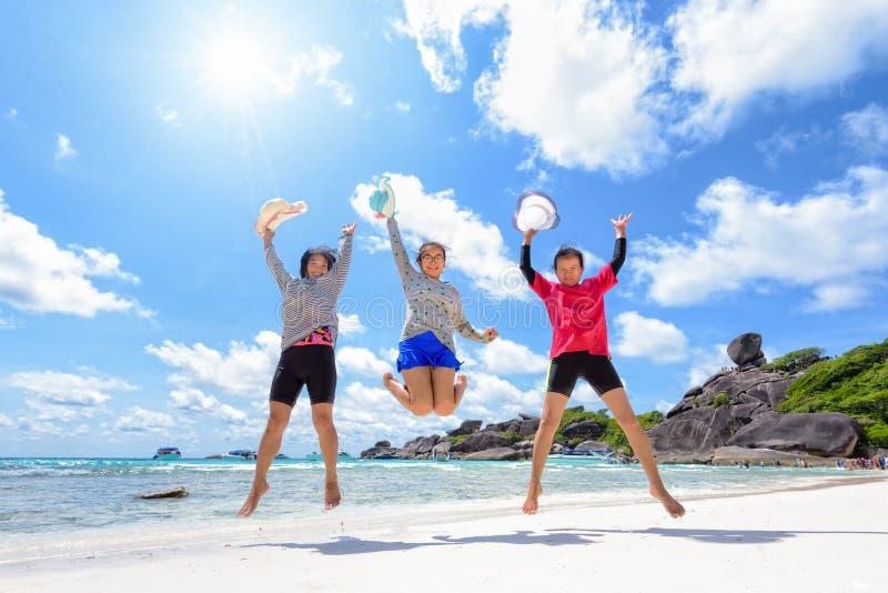 在海滩的旅游妇女三一代家庭 免版税库存照片