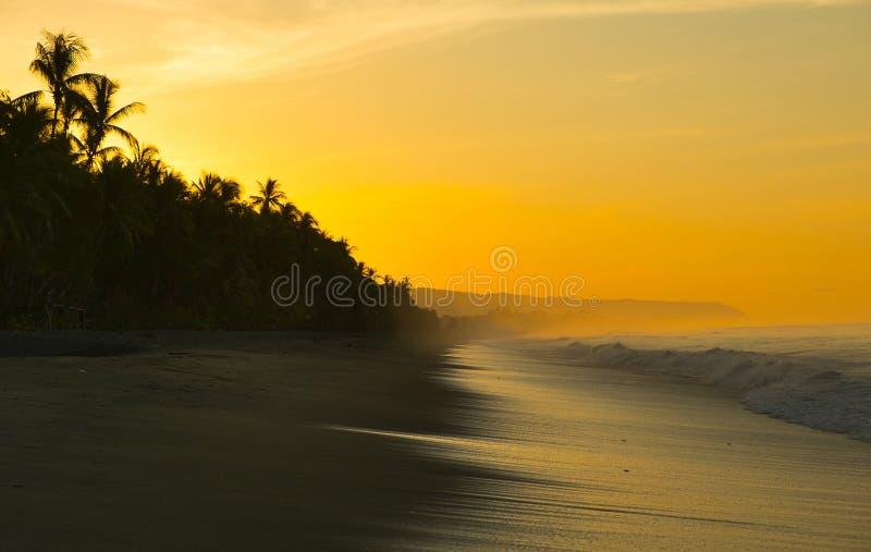在海滩的日出在哥斯达黎加 免版税库存图片