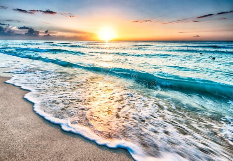 在海滩的日出在坎昆 免版税图库摄影