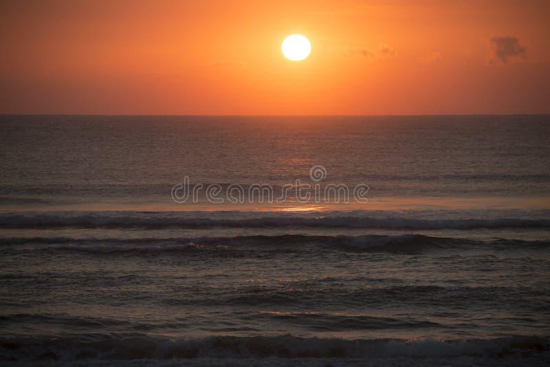 在海滩的日出在蓬塔在莫桑比克做Ouro 图库摄影