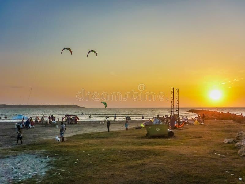 在海滩的日落在卡塔赫钠哥伦比亚 免版税库存照片
