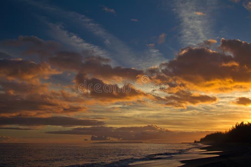 在海滩的日落在考艾岛,夏威夷 免版税库存照片