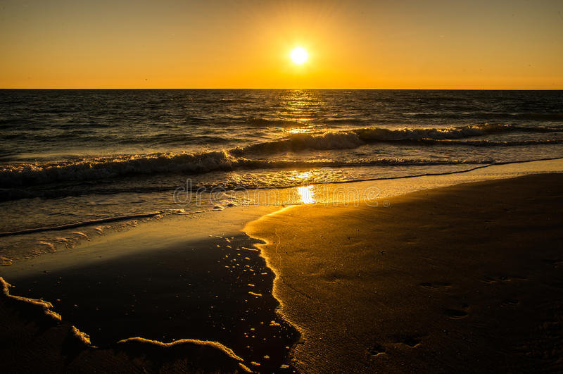 在海滩的日落天空温暖的颜色 库存照片