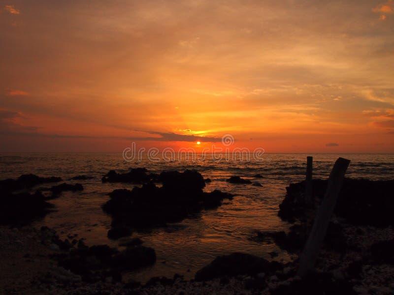 在海洋的日落有Holoholokai海滩熔岩岩石的在fo 库存照片