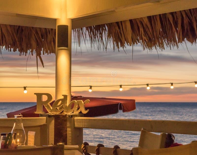 在海滩的日落-放松 免版税库存照片