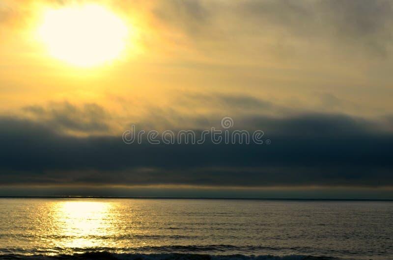 在海滩的日落 免版税库存图片