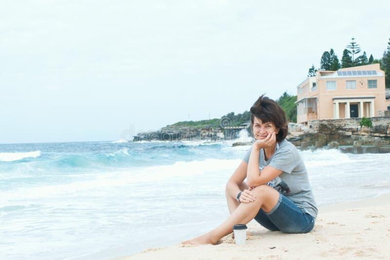 在海滩的早晨咖啡 图库摄影