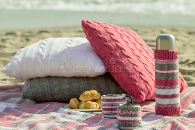 在海滩的早餐 咖啡和新月形面包在海 枕头 免版税库存图片