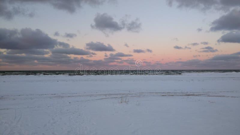 在海滩的晚上日落在海 免版税库存照片