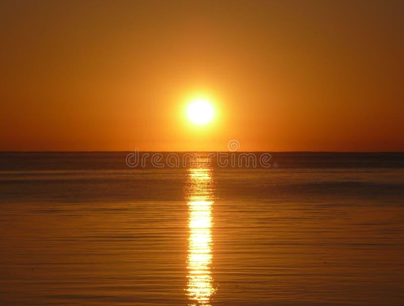 在海洋的橙色日落 免版税库存照片