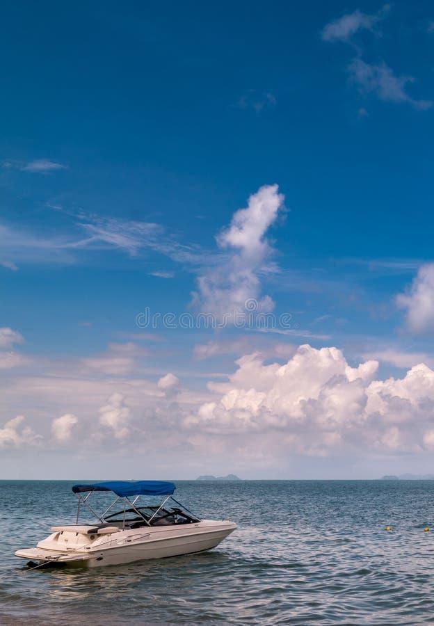 在海滩的汽船 免版税库存照片