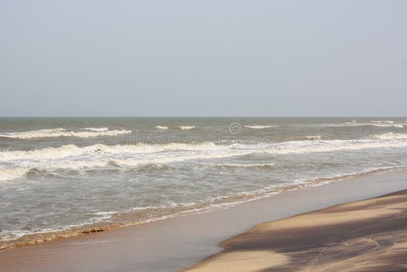 在海滩的泡沫的波浪与样式 库存照片