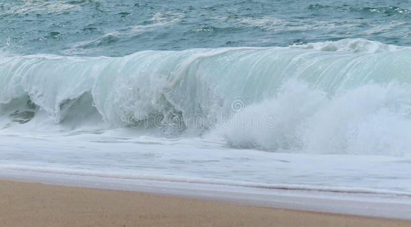 在海滩的波浪 图库摄影