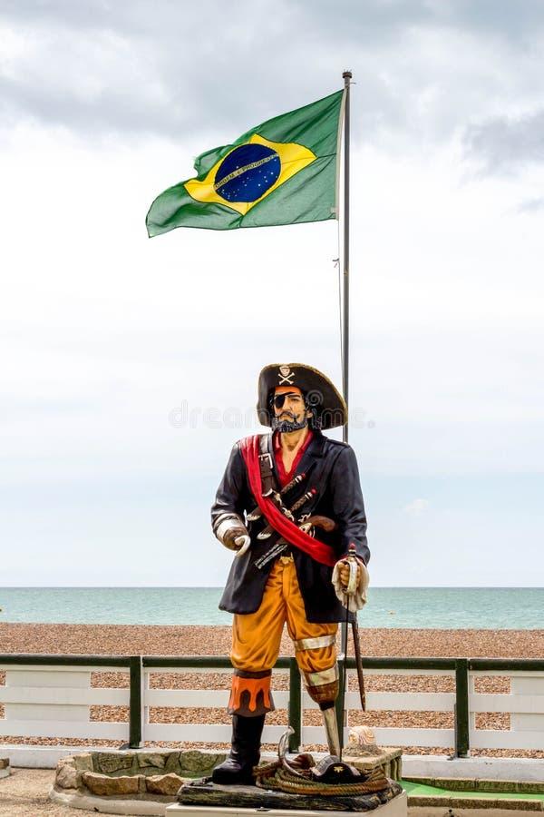 在海滩的海盗雕象 库存图片