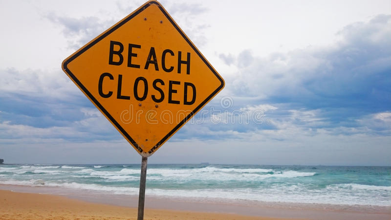 在海滩的海滩闭合的标志 免版税库存照片