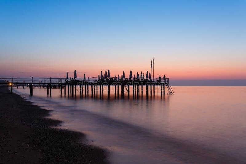 在海滩的清早 免版税库存图片