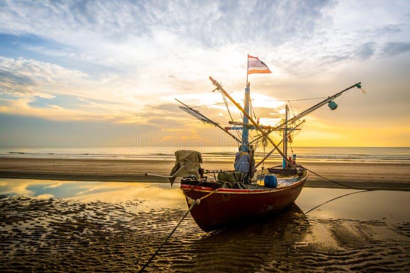 在海滩的渔夫小船 图库摄影