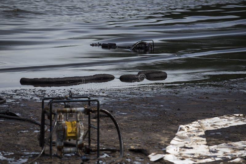 在海滩的漏油 库存图片