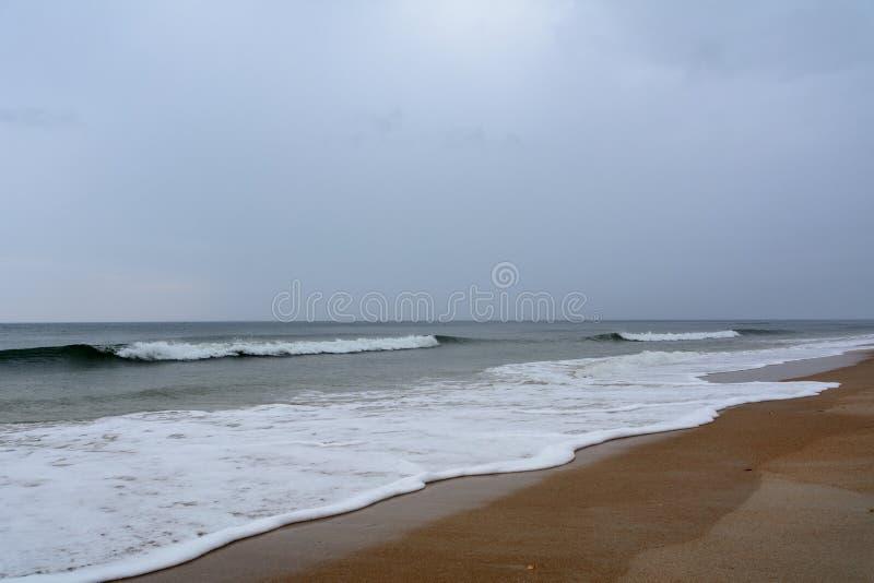 在海滩的灰色天 免版税库存图片