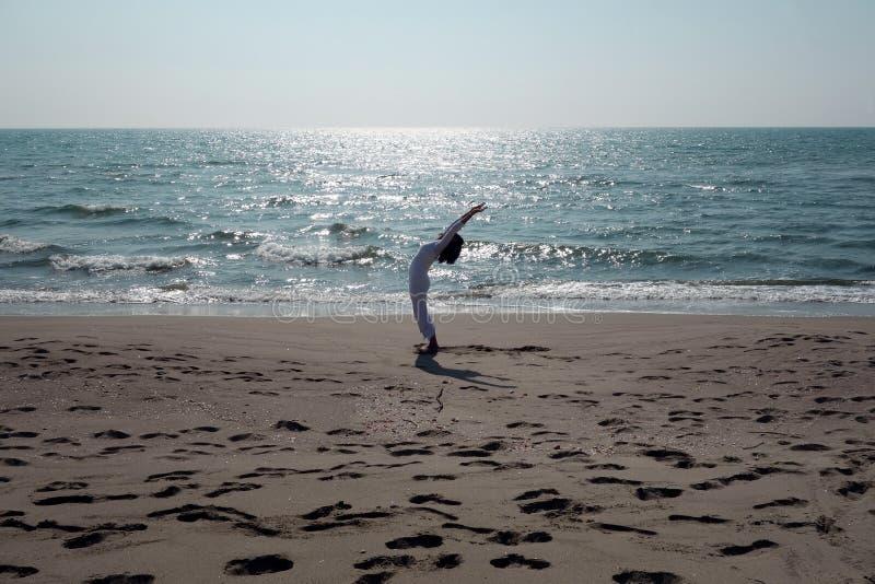 download 在海滩的瑜伽姿势 库存照片.图片