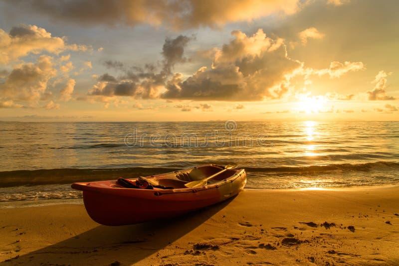 在海滩的皮船 免版税库存照片