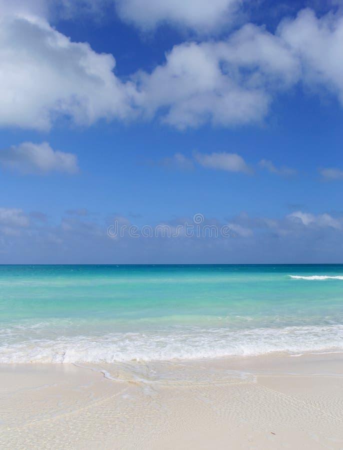 在海洋水的看法与波浪 库存图片