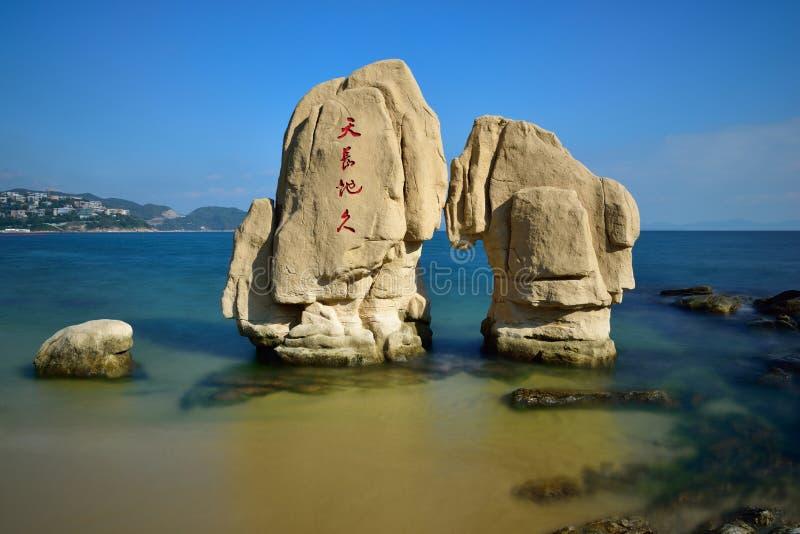 在海滩的礁石 免版税库存图片