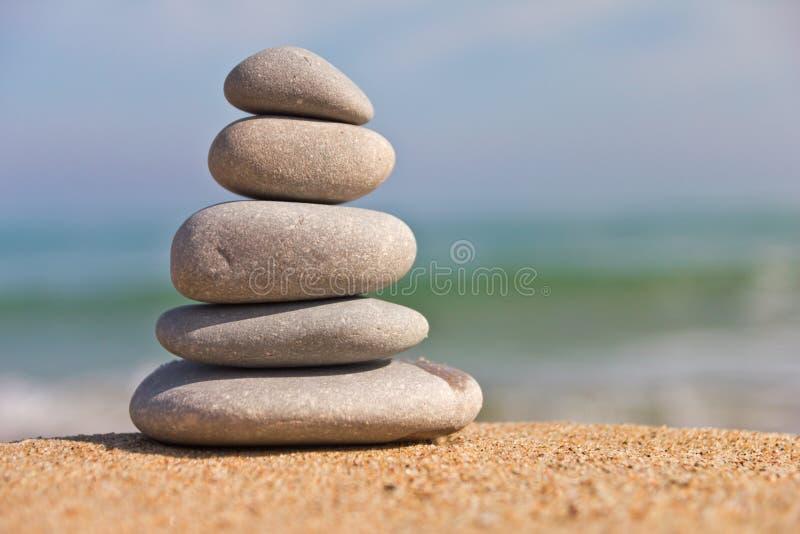 在海滩的禅宗石头 库存照片