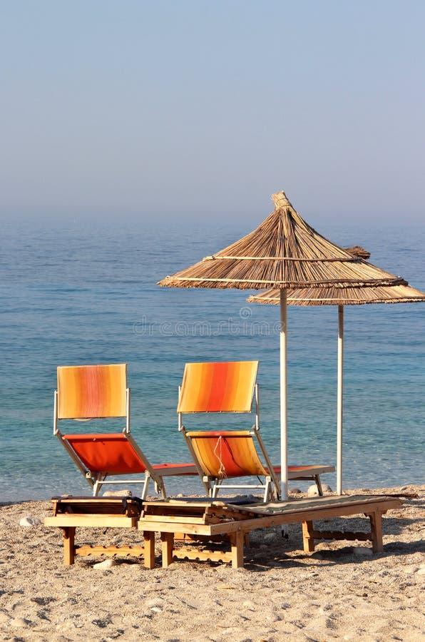 在海滩的秸杆伞 库存照片