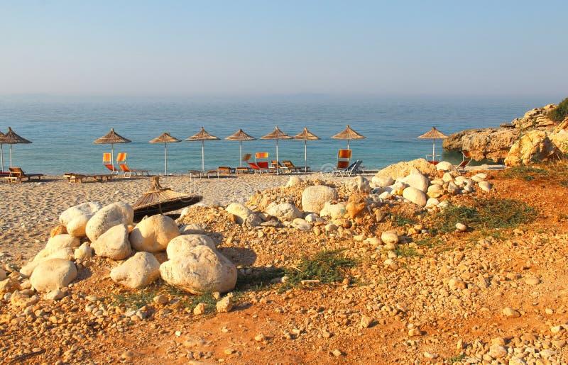 在海滩的秸杆伞 免版税图库摄影