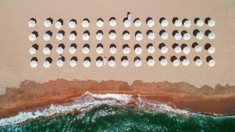 在海滩的空中顶视图 伞、沙子和海波浪 库存照片