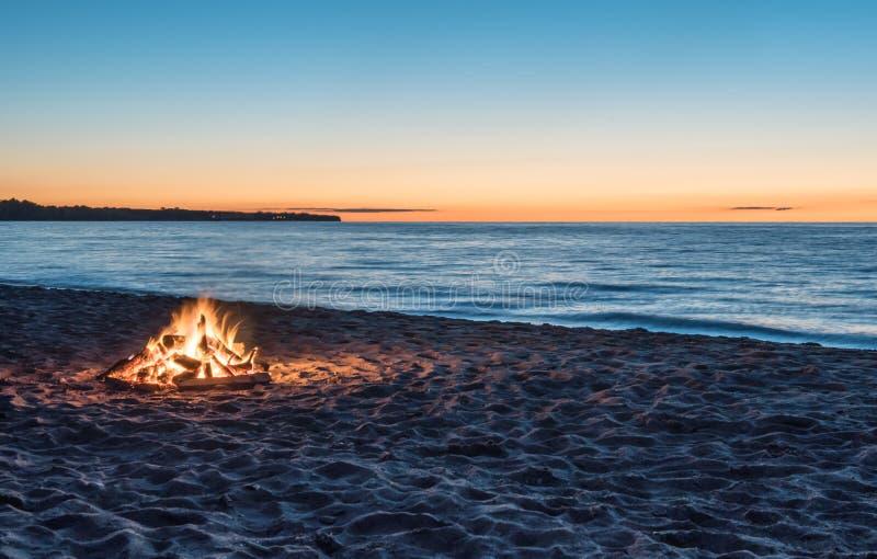 在海滩的篝火 免版税库存照片