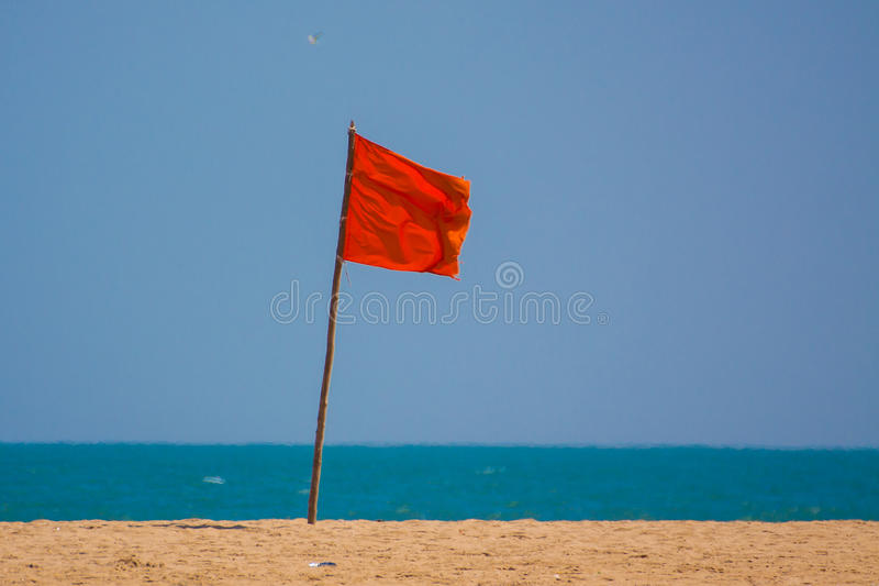 在海滩的红旗 库存照片