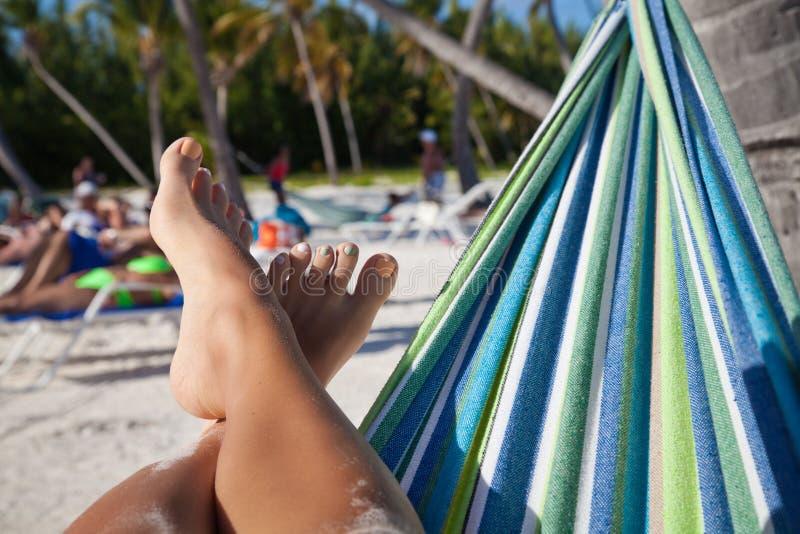 在海滩的美好的女性行程 免版税库存照片