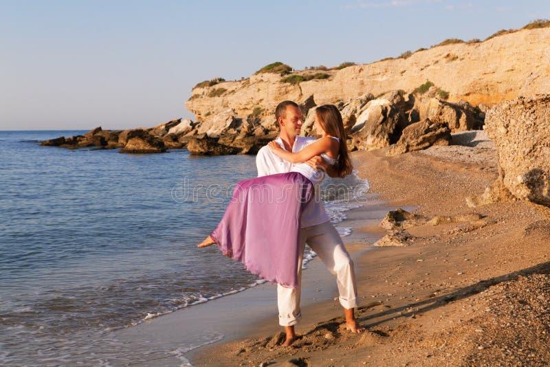 在海滩的美好的愉快的浪漫夫妇 库存照片