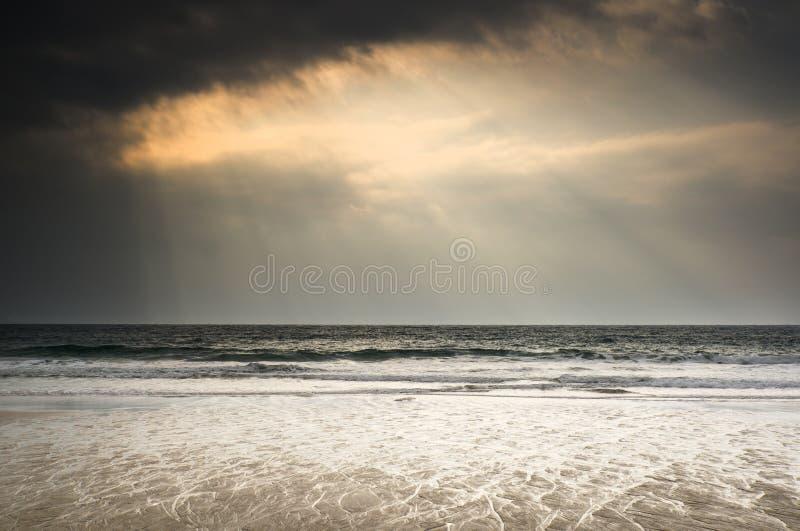 在海洋的美好的激动人心的太阳射线 图库摄影