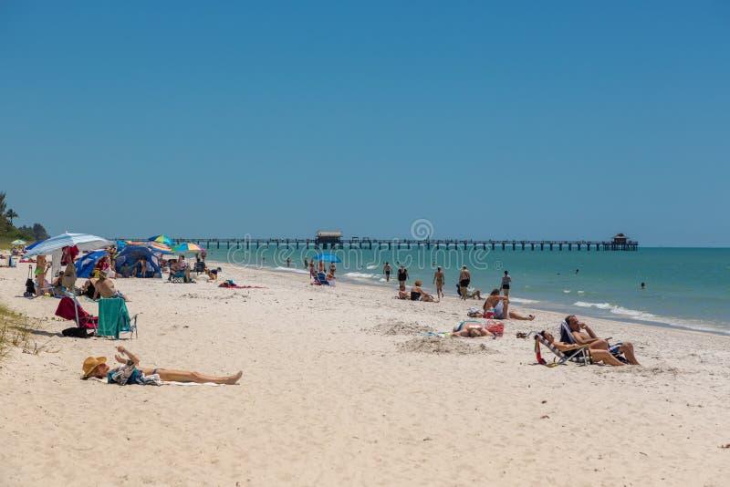 在海滩的美好的蓝天天那不勒斯在佛罗里达 免版税图库摄影