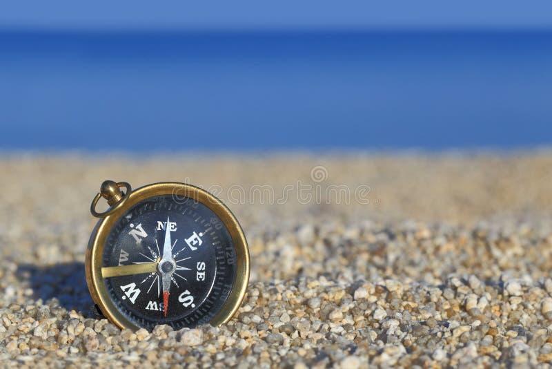 在海滩的老指南针 库存照片
