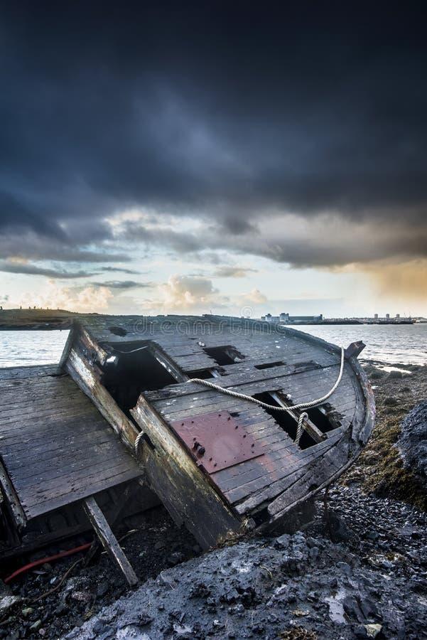 在海滩的老木船 图库摄影