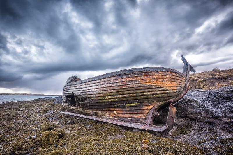 在海滩的老木船 库存图片
