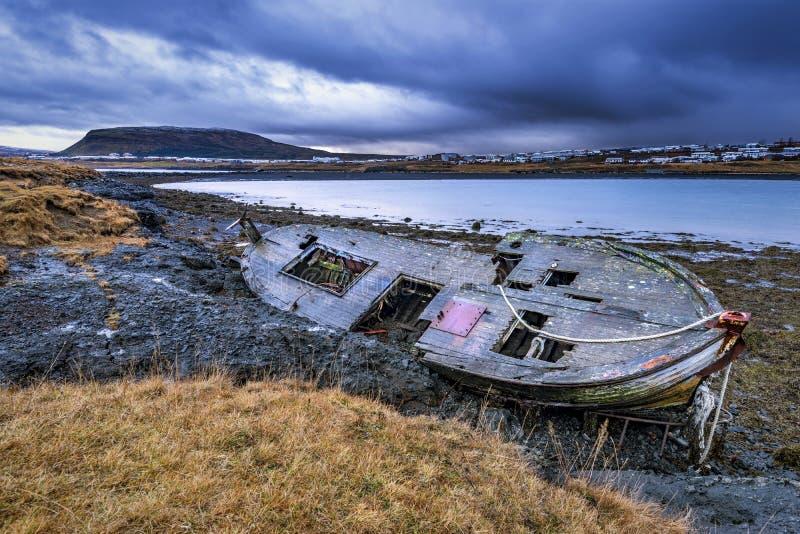 在海滩的老木船 免版税图库摄影