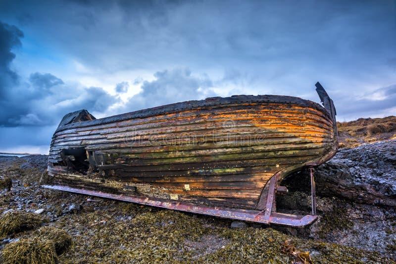 在海滩的老木船 免版税库存图片
