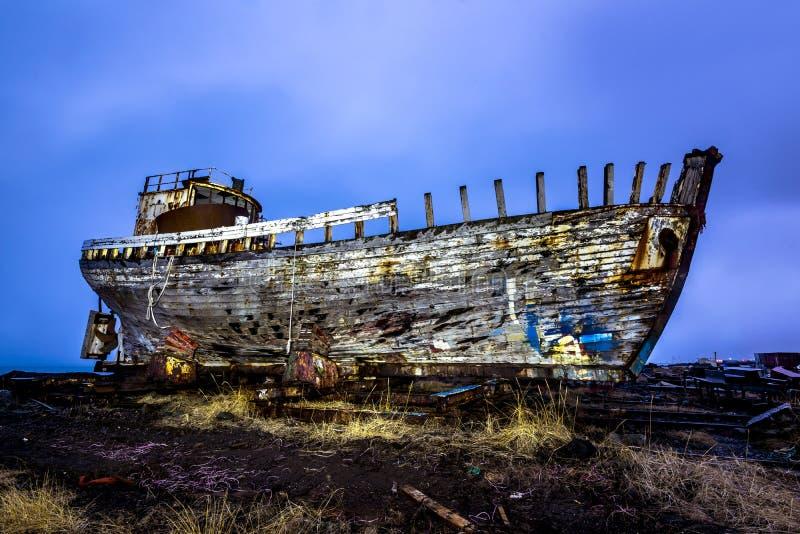 在海滩的老木船 免版税库存照片