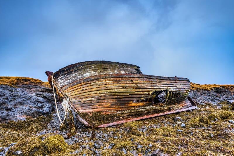 在海滩的老木船 库存照片